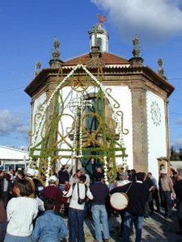 Erguer do Arco da Festa das Almas Santas da Areosa