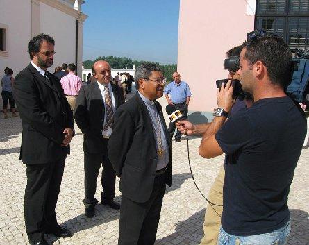 D. Ximenes Belo em entrevista a estação de televisão, no dia da homengem da Vila de Aguada de Cima. 03/09/2006 Foto de Carlos Lemos